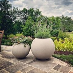 While once restricted to the porch or patio, planters have extended their reach. The popularity of container landscaping is growing as people realize the flexibility this attractive design can provide. If you are looking to revamp your yard, exploring. Landscaping With Rocks, Modern Landscaping, Front Yard Landscaping, Landscaping Ideas, Mulch Landscaping, Outdoor Planters, Garden Planters, Outdoor Gardens, Planters Around Pool