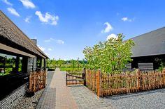 Landelijke tuin met kastanje schapenhekwerk.