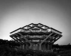Built by William L. Pereira & Associates in San Diego, United States with date Images by Darren Bradley. The alien form of the Geisel Library at the University of California, San Diego seems befitting of a backdrop from a . Architecture Cool, Contemporary Architecture, Unique Buildings, Amazing Buildings, Brutalist, Midcentury Modern, Library University, Modernism, California Usa