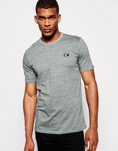 """T-shirt par Nike Jersey doux au toucher Ras du cou Logo Coupe classique taillant normalement Lavage en machine 100% coton Le mannequin porte l'article en taille Medium et mesure 188 cm (6'2"""")"""
