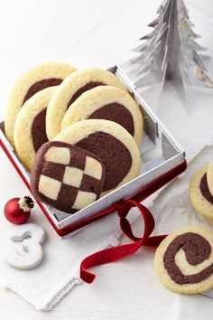 Black and white cookies- Schwarz-Weiß-Gebäck Crunchy cookies with light and dark dough for Christmas - Winter Desserts, Christmas Desserts, Christmas Baking, Fun Desserts, Strawberry Frosting Recipes, Blueberry Recipes, German Baking, Black And White Cookies, Hot Chocolate Cookies