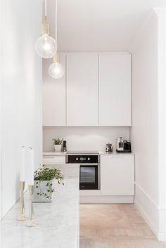 Minimalist-chick (kitchen) Apartment Kitchen, Kitchen Interior, New Kitchen, Kitchen Decor, Kitchen Ideas, Kitchen Styling, White Apartment, Apartment Ideas, Swedish Kitchen