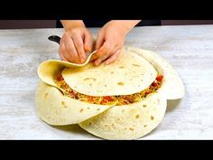 Lege 7 Tortillas SO in die Pfanne und warte 40 Min. Mexican Dishes, Mexican Food Recipes, Wrap Recipes, Dinner Recipes, Tortilla Pan, Crunch Wrap, Chicken Fajitas, Unique Recipes, Food Hacks