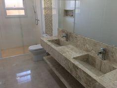 Projeto e obra Pardini Arquitetura - Banheiro suíte master lavatório com cuba esculpida executados em mármore Travertino.