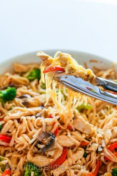 30-Minute Stir Fry Recipe with Chicken and Rice Noodles - Healthy and so delicious Stir-Fry with rice noodles, chicken, broccoli and etc