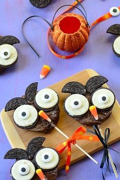 Recipe of a cute, easy peasy Chocolate-Apple Halloween Owl. A great Halloween cooking project for children! Halloween Desserts, Halloween Snacks For Kids, Fall Snacks, Halloween Chocolate, Chocolate Party, Halloween Parties, Halloween Dishes, Halloween Entertaining, Halloween Foods