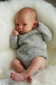 Child Knitting Patterns Ravelry: Tiriltunge New child physique. New child Onesie. Sample by Siv Jane Aksdal ~ English and Norwegian Baby Knitting Patterns Baby Knitting Patterns, Knitting For Kids, Baby Patterns, Knitting Projects, Hand Knitting, Crochet Patterns, Baby Dirndl, Newborn Onesies, Baby Onesie