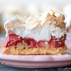 Shortbread cake bars with rhubarb, raspberry jam and meringue Bakery Recipes, Pie Recipes, Sweet Recipes, Dessert Recipes, Cooking Recipes, Unique Desserts, Just Desserts, Delicious Desserts, Yummy Food