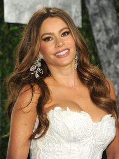 Sofia Vergara turns 40 and looks as Sexy as ever. Sofia Vergara Hair, Sophie Vergara, Modern Family Sofia Vergara, Sofia Vergada, Celebs, Celebrities, Sensual, Mannequin, Beautiful Actresses