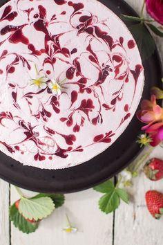 Strawberry yoghurt cake: straight into the strawberry sky ⋆ Knus .- Erdbeer-Joghurt-Torte: Direkt ab in den Erdbeerhimmel ⋆ Knusperstübchen Strawberry-yogurt cake: straight into the strawberry sky - Strawberry Yogurt Cake, Strawberry Cake Recipes, Strawberry Filling, Easy Cookie Recipes, Dessert Recipes, Dessert Blog, Pasta Recipes, Sweet Recipes, Baking Recipes