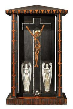KOLOMAN MOSER (1868-1918) Exceptionnel et rare retable religieux figurant un temple avec le Christ en croix et deux anges en marqueterie de placage d'ébène de Macassar, orme et incrustations de nacre,… - Aguttes - 14/11/2012