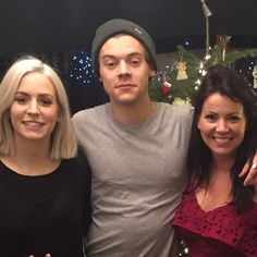 Ahhhh look at him  Harry with Anne and Gemma. Cuties (Anne's new twitter icon)