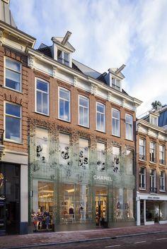 Zogenaamd oud maar dan nieuw met de Chrystal Houses. MVRDV ontwierp in de PC Hooftstraat een spectaculaire gevel en probeert op een frisse manier wat te doen aan de geamputeerde gevels van winkelpanden. Door de meest vreselijke glazen winkelpuien blijft vaak niets over van soms mooie oude gevels. Genoeg voorbeelden hiervan te vinden in de PC. Winy Maas heeft hier een compromis gesloten waarbij de oude gevel in een uitgerekt ontwerp is nagebouwd. Op de begane grond en 1e verdieping zijn…