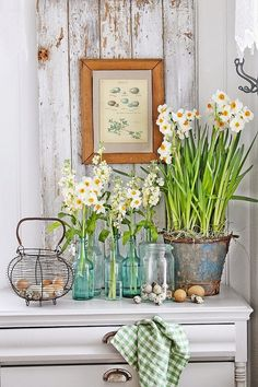 Decorating your home for the spring? What do you think of when you think of spring? Spring Kitchen Decor, Spring Home Decor, Console Styling, Vibeke Design, Shabby Chic, Deco Nature, Clear Vases, Deco Floral, Look Vintage