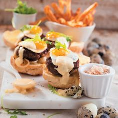 These delicious Mini Egg and Cheese Burgers mini burgers are delicious and use quail eggs for the miniature effect. Mini Burgers, Quail Eggs, Mini Eggs, Breakfast Dishes, Winter Recipes, Winter Food, Lunch Recipes, Recipies, African