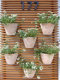 A wall planter is a real beauty hanging on the wall of your house indoor whether in the patio or even in the garage. Though the wall planters are made with many materials but pallet is one of the most appropriate material in making a wall planter. Diy Garden Decor, Garden Art, Garden Design, Small Gardens, Outdoor Gardens, Pallet Home Decor, Decoration Plante, House Plants Decor, Balcony Garden
