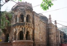 Outer_wall_of_Moth_Ki_Masjid_with_tower.JPG (2581×1753)