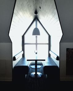 Petit havre de paix de @leoniepelletier  #muramur #home #maison #homedecor #decor #homedesign #homestyle #instahome #light #mtlblogger #white #industrial #wood #lights #green #plants #livingroom #salon #photos #photoframes #coffeecrawlmtl