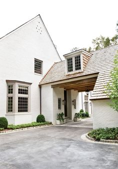 We have a Porte-cochere like this w/o the dormer though and we LOVE it! If I was to ever own another home it would have to have a Porte-cochere. Porte Cochere, Houses Architecture, Architecture Details, Classical Architecture, Landscape Architecture, Residential Architecture, Style At Home, Design Exterior, Garage Design