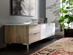 Mit unaufdringlichem Design sorgt Cleo für ein aufgelockertes Ambiente. Für diese moderne Wohnwand stehen Ihnen zahlreiche Einzel- und Anbauelemente zur kreativen Gestaltung zur Verfügung.
