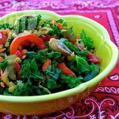 Lauwarmer Grünkohl Salat mit Apfel /  Grünkohl, Pilze und Frühlingszwiebeln werden mit Paprika und Apfel kurz angebraten und dann mit Balsamico-Vinaigrette angemacht.@ de.allrecipes.com