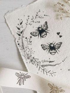 Bee tattoo wildflower illustration bumblebee wreath (Around back tatoo) Unique Tattoo Designs, Unique Tattoos, Cool Tattoos, Artistic Tattoos, Dainty Tattoos, Art Tattoos, Wildflower Tattoo, Wildflower Drawing, Tattoo Trend