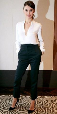 Inspiração: camisa branca. Calça de alfaiataria preta, scarpin preto
