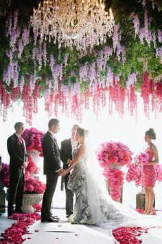 Blumengestecke für Hochzeit rot Rosen Dach