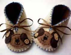 The cutest doggies decorate these lovely baby booties made with soft felt in variagated light brown or oatmeal colored felt. A perfect baby shower gift for boy or girl.They are fully lined, have satin..