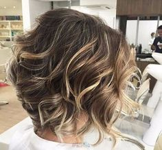 «Лохматые» стрижки идеально подходят для обладательниц тонких мягких волос. С таким типом волос обычно сложно носить пышные прически. На помощь приходят каскадные стрижки, которые предполагают разную длину волос, тем самым добавляя объем. Есть и еще одна хитрость – колорирование отдельных прядей, которые позволят создать эффект густой копны волос. ...