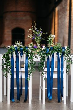 Blaue Anemone für den Brautstrauß | Friedatheres.com wedding chairs Fotos: Lichterstaub Fotografie Blumen: Blumig Heiraten