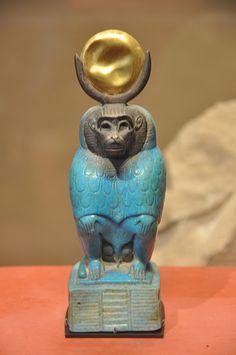 Le dieu Thoth sous forme de babouin époque ptolémaïque, 332 - 30 avant J.-C. faïence siliceuse, argent et or (by weshbond)