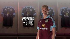 le nouveau maillot Burnley Domicile 2016 2017 vient claret traditionnelle du club, combinant avec turquoise et blanc détaillant.