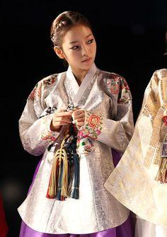 Korean Traditional Clothes, Traditional Fashion, Traditional Dresses, Oriental Fashion, Asian Fashion, Oriental Style, Korea Dress, Korean Fashion Ulzzang, Modern Hanbok