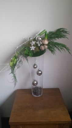 Christmas arrangement on glass vase - Kerst Christmas Flower Arrangements, Christmas Flowers, Christmas Decorations, Wall Christmas Tree, Xmas, Vase Crafts, Christmas Interiors, Ikebana, Plant Hanger