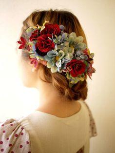 和装にも合いそうなまとめ髪です。 花のカラーもドレスや着物のカラーと合わせると一体感がでます。