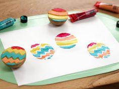 Knutselen Pasen: Maak paasei stempels van aardappels, geef ze een mooie kleur en stempel ze op een papiertje. Kijk eens hoe vrolijk!