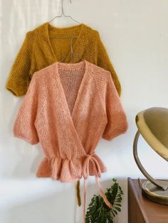 Knitting pattern for Wrap Me Up cardigan by Signe from PlumMum. A beautiful, chic, silk mohair, feminin wrapped cardigan. Bohemian Tops, Knitting Projects, Knitting Patterns, Moda Boho, Mohair Sweater, Wrap Cardigan, Knit Fashion, Mulberry Silk, Mode Inspiration