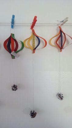 DECORACIÓ HIVERN - Material: cartolina, fil, pinyes, tisores, grapadora, pintura - Nivell: INF Menjador 2015/16 Escola Pia Balmes