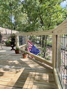 DIY Hog Wire Deck Railing Wire Deck Railing, Deck Railing Design, Deck Design, Wire Fence, Deck Building Plans, Cabin Decks, Deck Framing, Porch Wood, House Deck