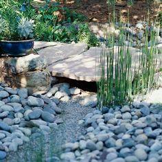Gartengestaltung: Dynamik herstellen. Schaffen Sie ein Gefühl von Bewegung mit einem trockenen Bachbett. Oder machen Sie selber einen Mini-Gartenteich.