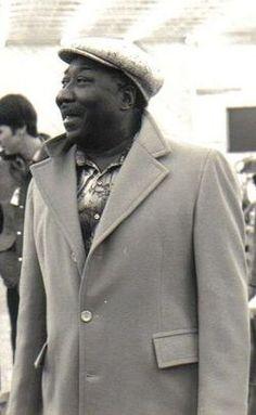 McKinley Morganfield 1913-1983  Fue un músico de blues estadounidense, generalmente considerado el Padre del Chicago blues. Su figura y su sonido fueron, del mismo modo, una de las máximas inspiraciones para la escena del Blues británico, que comenzó a despuntar en el Reino Unido hacia principios de los años 60.  Muddy Waters ha sido ubicado en el puesto # 17 de la lista de los más grandes artistas de todos los tiempos realizado por la revista Rolling Stone