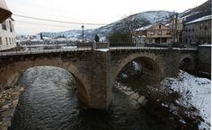 """""""Nuestro puente"""", el que cruza el Río Valcarce visto desde los ventanales del restaurante con un maravilloso día nevado en Villafranca del Bierzo"""
