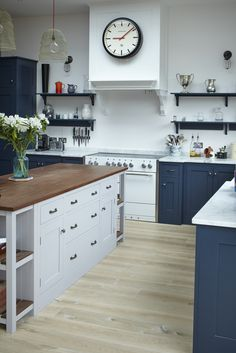 Stunning Industrial Kitchen With Shaker Cabinets Design Ideas Bespoke Kitchens, Luxury Kitchens, Family Kitchen, New Kitchen, Kitchen Ideas, Shaker Cabinets, Kitchen Cabinets, Freestanding Kitchen, High End Kitchens