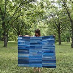 Colcha hecha con trozos de pantalones, cazadoras y camisas vaqueras. (Mollie Makes)