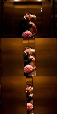 Novio y novia en el ascensor