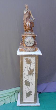 columna hecha con botellas desechables