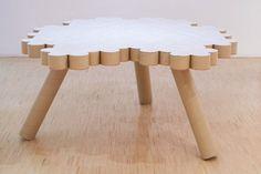reciclar tubos de cartón en una mesa auxiliar