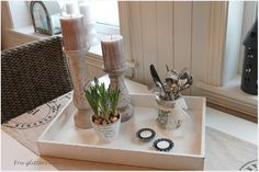 Man kan enten gjemme bort sølvtøyet, eller så kan man sette det fram og blande det inn i interiøret. Stående i et norgesglass med et blondebånd surret rundt er det alltid tilgjengelig.  (Av Fru Glitters Hus)