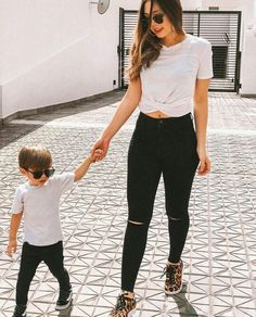 Me dieron ganas de ser padre😂🔥💕 Mother Son Matching Outfits, Mom And Son Outfits, Toddler Boy Outfits, Kids Outfits, Mommy And Me Shirt, Mommy And Son, Mom Son, Baby Boy Fashion, Toddler Fashion